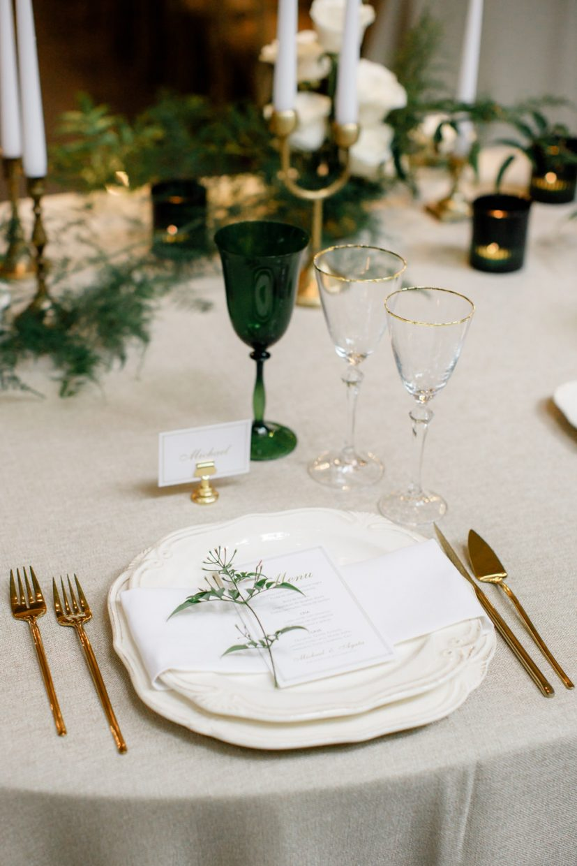 Green and gold chic table setting at Portugal wedding in Aqueduto Eventos